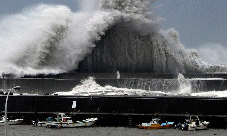 جاپان میں آنے والے 'جیبی' طوفان کو 25 سال میں سب سے شدید طوفان قرار دیا جارہا ہے—فوٹو: اے پی