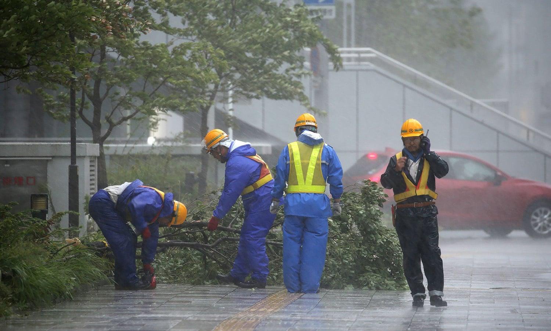 طوفان کے باعث ہونے والے نقصانات سے نمٹنے کے لیے ساتھ ساتھ امدادی کاموں کا سلسلہ جاری رہا—فوٹو: اے ایف پی