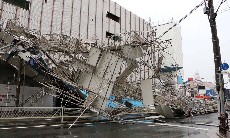 تیز ہواؤں کے جھکڑوں سے عمارت کا آہنی ڈھانچہ زمین بوس ہوگیا—فوٹو: اے پی