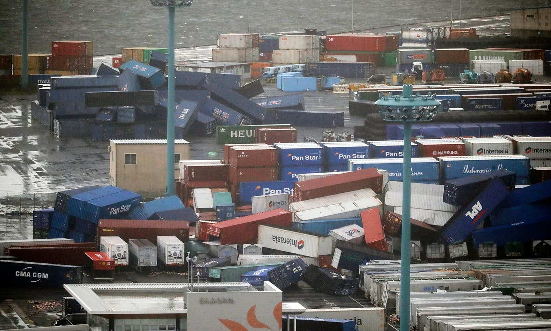 تیز ہواؤں کے جھکڑ چلنے سے بندرگاہ پر سامان کی ترسیل کرنے والے کنٹینر الٹے پڑے ہیں—فوٹو:اے پی