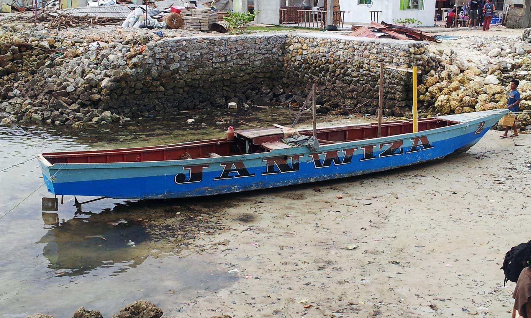 مالا پاسکوا کے جزیرے پر کھڑی کشتی —تصویر عظمت اکبر