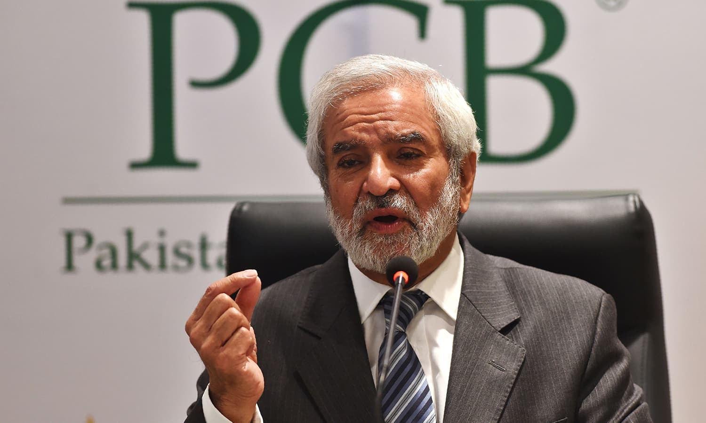 پاکستان کرکٹ بورڈ(پی سی بی) کے نومنتخب چیئرمین احسان مانی پریس کانفرنس سے خطاب کر رہے ہیں— فوٹو: اے ایف پی