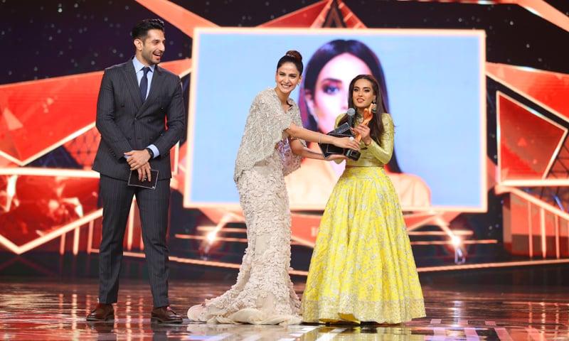 Saba Qamar hands a petite Iqra Aziz the Most Stylish TV Actor, Female award