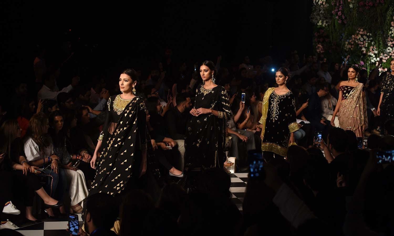 ڈیزائنر میشا لاکھانی نے سیاہ رنگ کے ملبوسات کو فوقیت دی —فوٹو/ اے ایف پی
