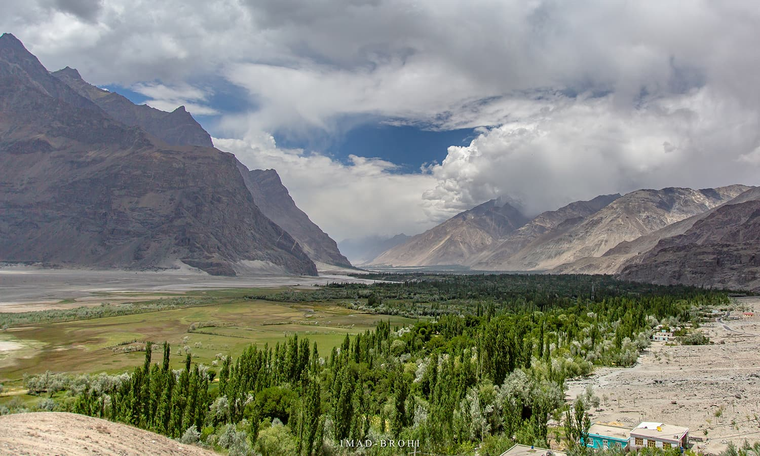 Passing the town of Shigar, 45 minutes from Skardu.