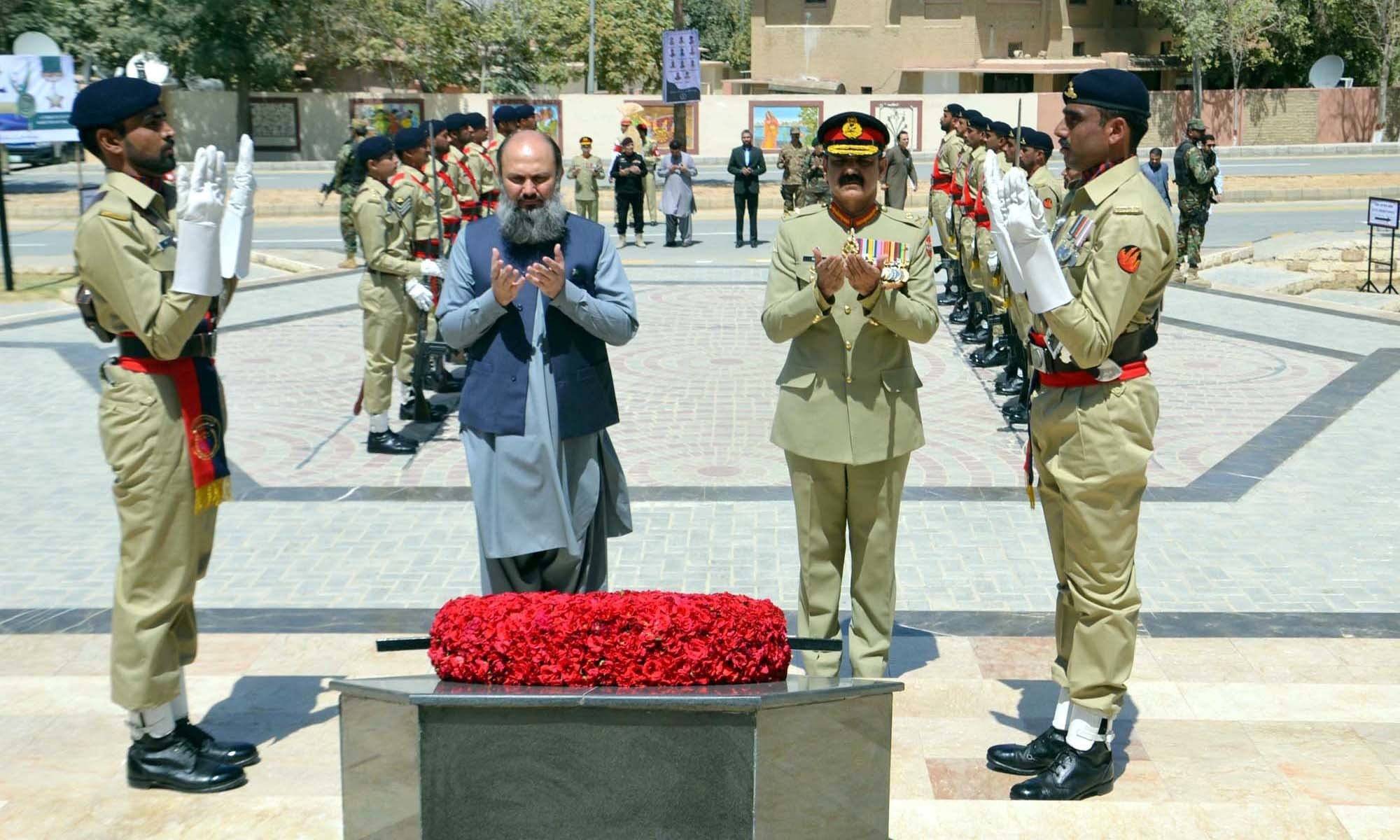 Balochistan Chief Minister Jam Kamal Khan offers Fateha along with Lt Gen Asim Saleem Bajwa after laying flower wreath on the grave of martyrs. — APP