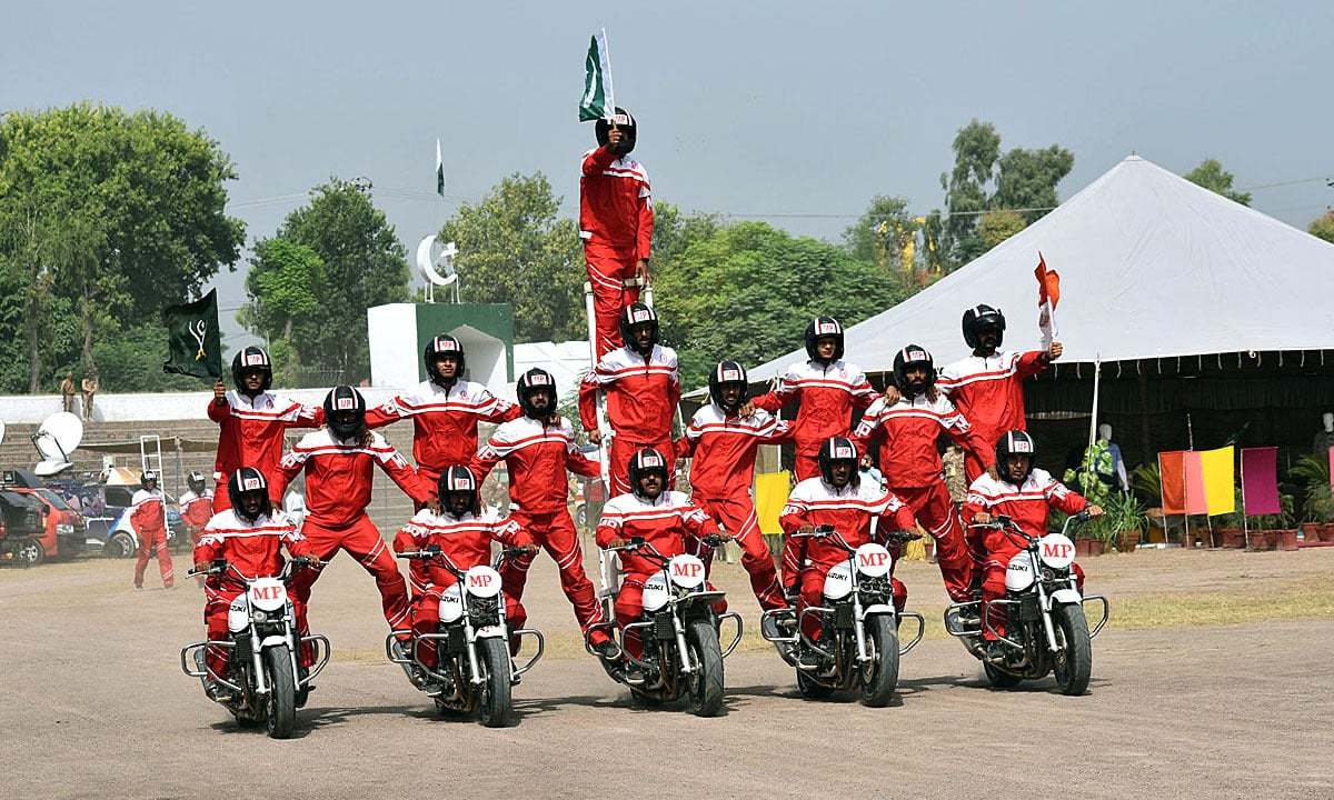 Pakistan Army personnel displaying their skills during a Defence Day show. — APP