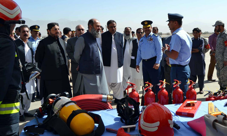 وزیر اعلیٰ بلوچستان جام کمال فوجی تنصیبات کا معائنہ کرتے ہوئے — فوٹو : پی پی آئی