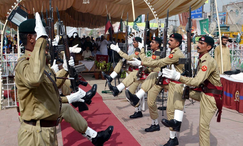 لاہور میں یادگار شہدا پر تقریب کا ایک منظر —فوٹو : پی پی آئی