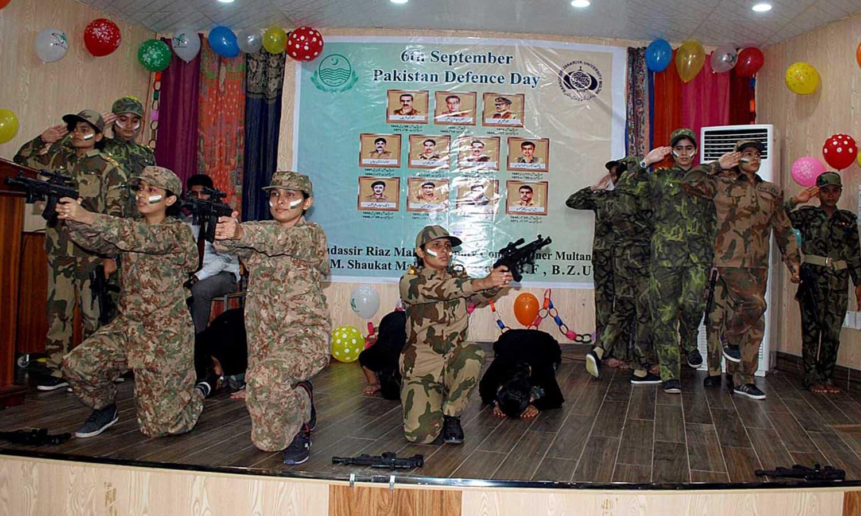 ملتان میں بچے یوم دفاع مناتے ہوئے —فوٹو : اے پی پی