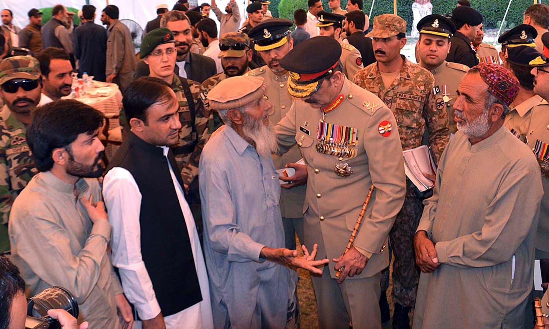 کمانڈر سدرن کمانڈ عاصم سلیم باجوہ شہدا کے اہل خانہ سے ملاقات کرتےہوئے — فوٹو : اے پی پی