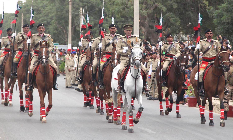 یوم دفاع کےموقع پر کراچی میں  پریڈ کا ایک منظر —فوٹو :آن لائن