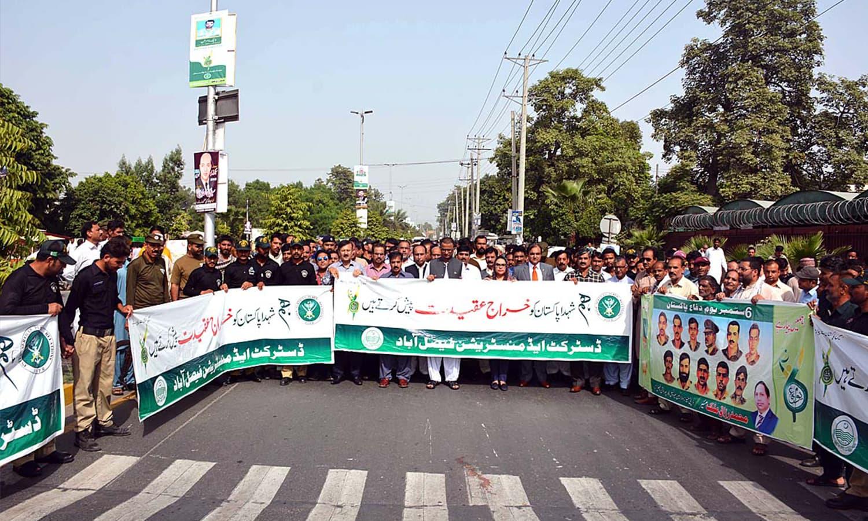 فیصل آباد میں قوم کے شہدا کو خراج تحسین پیش کیا گیا —فوٹو : اے پی پی