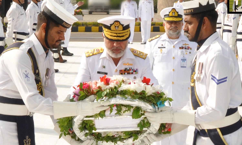 وائس چیف آف نیول اسٹاف وائس ایڈمرل کلیم شوکت یاد گارِ شہداء پر پھول چڑھا رہے ہیں—فوٹو: پاکستان نیوی