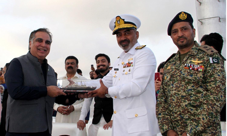 کمانڈر کوسٹ نیوی ایڈمرل ریئرمعظم الیاس مہمان خصوصی گورنر سندھ عمران اسماعیل کو سوینئر پیش کررہے ہیں— فوٹو: پاکستان نیوی