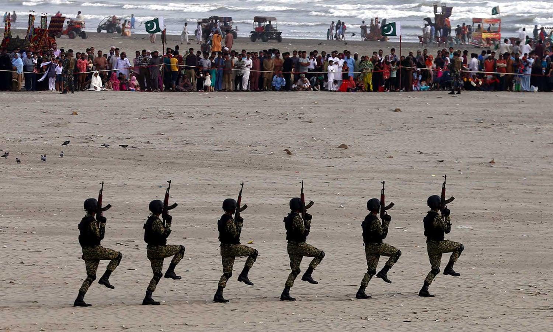 پاکستان نیوی کے اسپیشل فورسز نے پیشہ وارانہ مہارت کا بھرپور مظاہرہ کیا — فوٹو: وقا ص علی