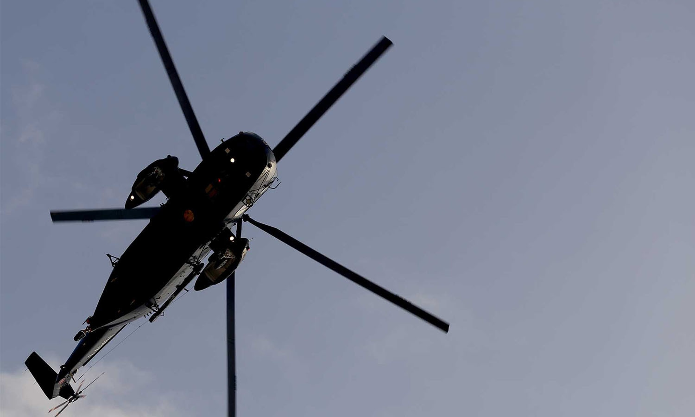 پاکستان نیوی کا جنگی ہیلی کاپٹر عین شائقین کے اوپر سے گزر رہا ہے— فوٹو: وقا ص علی