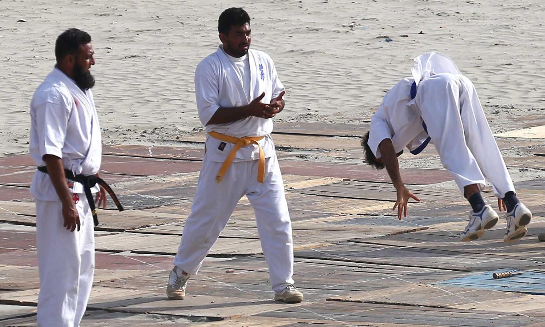 تقریب میں نیوی کے جوان جسمانی قوت کا عملی مظاہرہ کررہے ہیں — فوٹو: وقاص علی