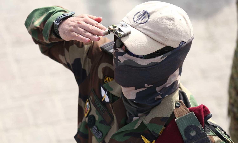 یوم دفاع کے موقع پر ایک جوان سلوٹ کررہا ہے—فوٹو: وقاص علی