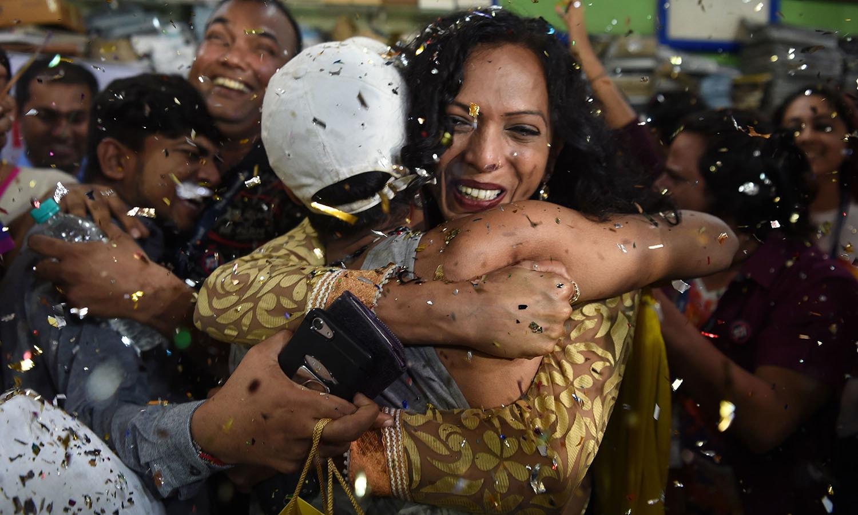 سپریم کورٹ کی جانب سے ہم جنس پرستوں کے حق میں فیصلے سے بھارت میں مرد، خواتین اور خواجہ سرا باہمی رضا مندی سے اپنے ہم جنس کے ساتھ تعلقات قائم کرنے میں آزاد ہوں گے — اے پی فوٹو