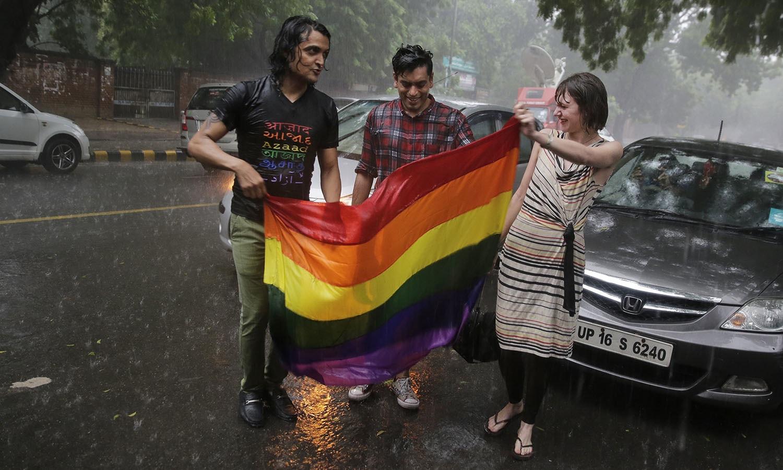 'بالغ ہم جنس پرست باہمی رضا مندی کے ساتھ جنسی تعلقات قائم کر سکتے ہیں جو غیرآئینی یا قانونی کے زمرے سے باہر ہوگا' — اے پی فوٹو