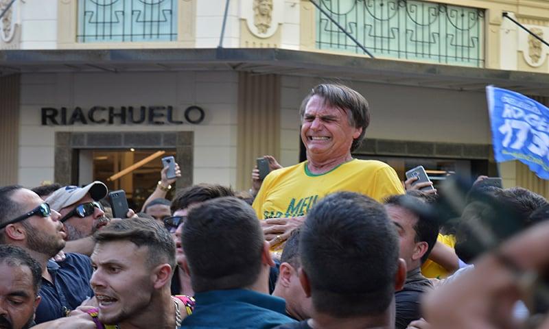 حملے کے بعد برازیل کے صدارتی امیدوار کو ان کے حامیوں نے اٹھا رکھا ہے — فوٹو: اے پی