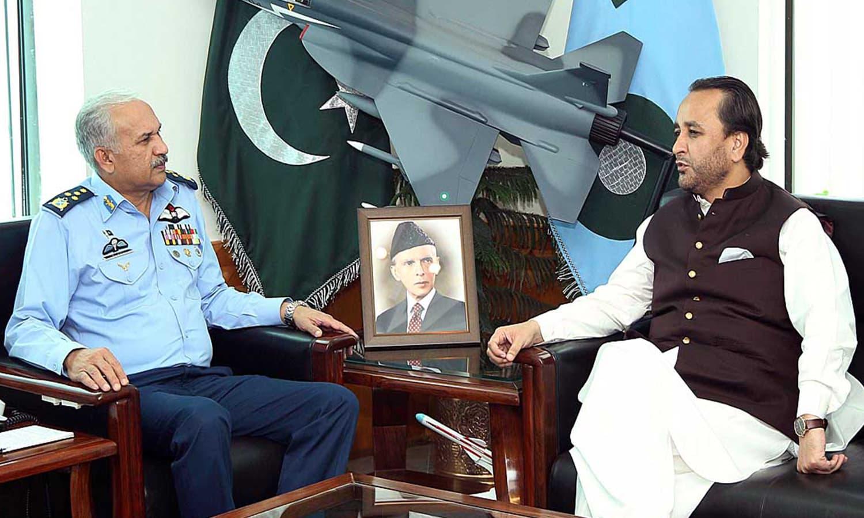 وزیر اعلیٰ گلگت بلتستان اور ایئر چیف مارشل مجاہد انور خان کی ملاقات کا ایک منظر — فوٹو : اے پی پی