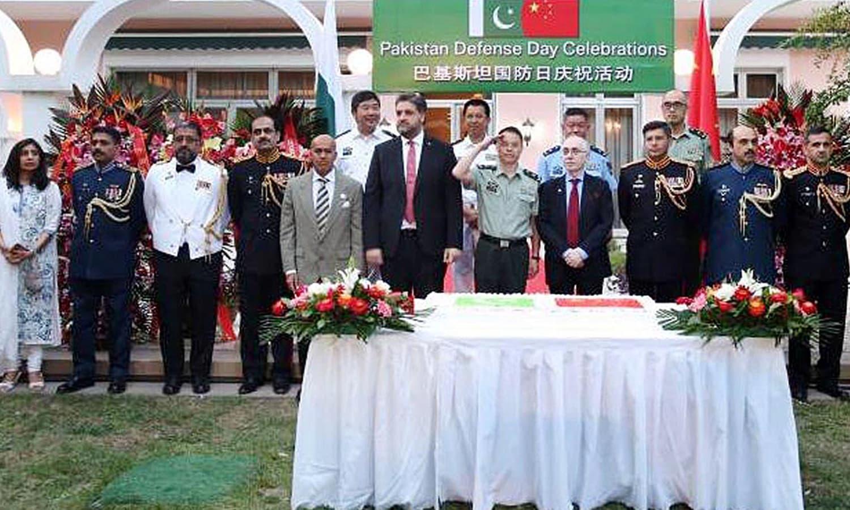 چین میں قائم پاکستانی سفارت خانے میں بھی یوم دفاع کی تقریبات کا انعقاد ہوا، جس میں چینی حکام نے بھی شرکت کی — فوٹو : اے پی پی