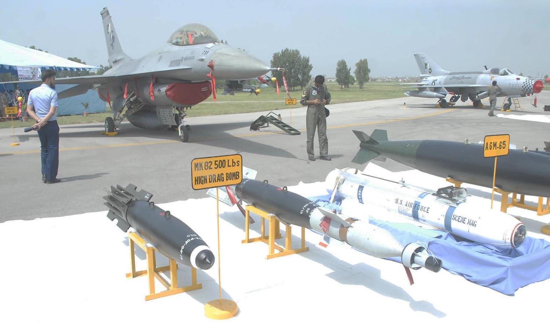 نور خان ایئر بیس میں فوجی  ہتھیاروں کی نمائش کا انعقاد کیا گیا — فوٹو : آن لائن