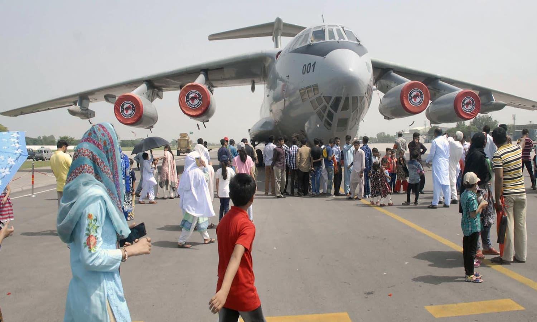 یومِ فضائیہ کے موقع پر نور خان ایئر بیس پر لوگوں کی بڑی تعداد موجود ہے — فوٹو: آن لائن