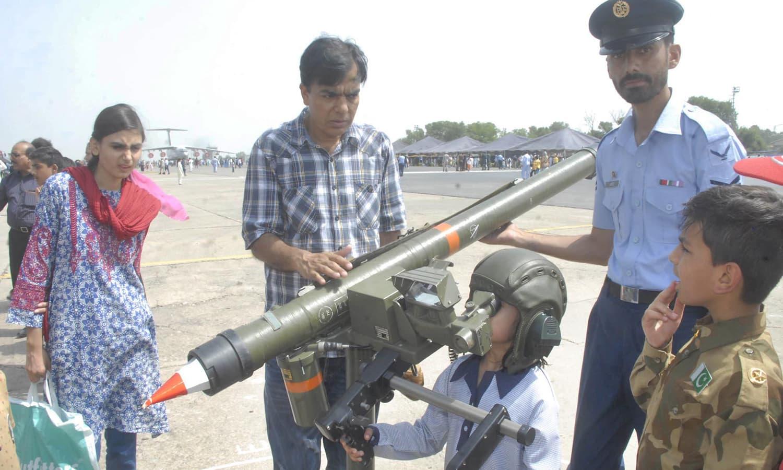 فوجی ہتھیاروں میں بچوں کی دلچسپی کا ایک منظر — فوٹو : آن لائن