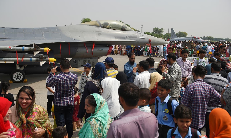 نور خان ایئر بیس پر لوگوں کی بڑی تعداد یومِ فضائیہ کے موقع پر موجود ہے — فوٹو: آن لائن