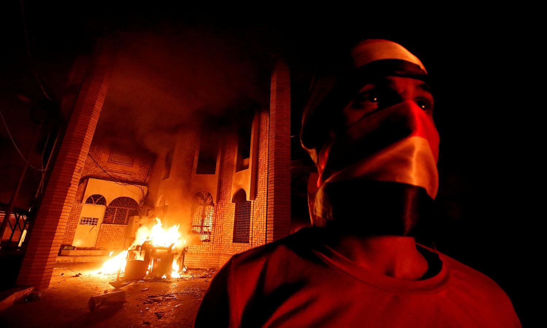 حکومت مخالف مظاہروں کے دوران کچھ مشتعل افراد بصرہ میں ایرانی قونصل خانے میں داخل ہوئے اور وہاں توڑ پھوڑ شروع کردی، جبکہ کچھ دیر بعد اسے آگ لگادی  — فوٹو: اے ایف پی