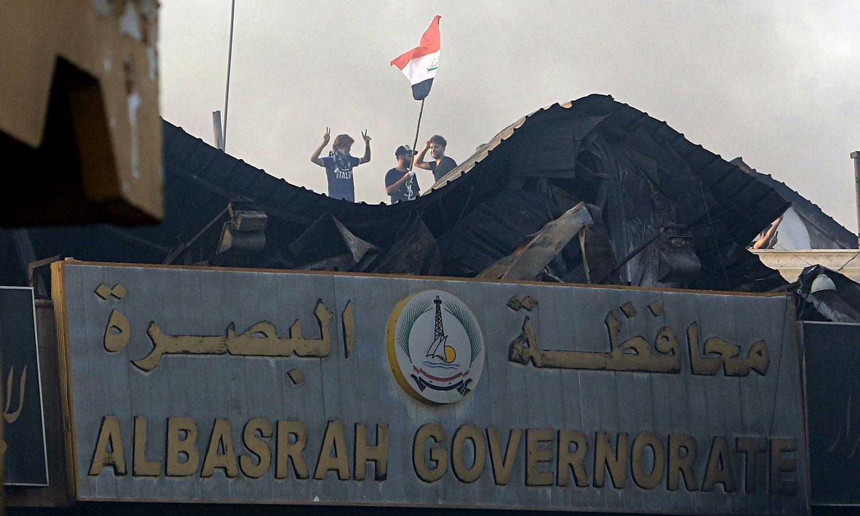 عراقی وزیرِاعظم حیدر العابدی نے مشتعل مظاہروں کی تحقیقات کا حکم دیا جس میں مذہبی منافرت کے شواہد نہیں ملے  — فوٹو: اے پی