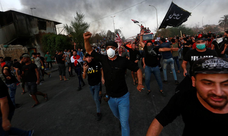 عراقی شہر بصرہ اور ملک کے جنوب میں آئل سے مالامال علاقوں کے رہائشی رواں برس جولائی سے بڑھی ہوئی بیروزگاری، فرسودہ پبلک سروس اور کرپشن کے خلاف حکومت مخالف مظاہروں میں مصروف تھے   — فوٹو: اے پی