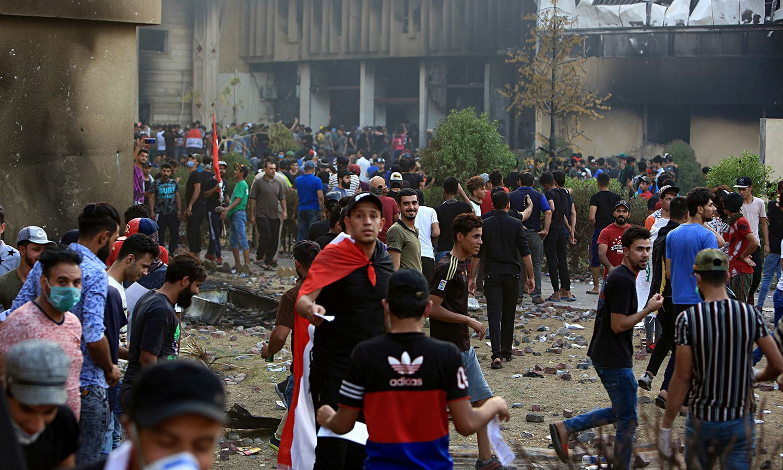 مظاہرین نے شہر میں نافذ کرفیو کے باوجود شاہراہوں پر توڑ پھوڑ کی اور جلاؤ گھیراؤ کیا  — فوٹو: اے ایف پی