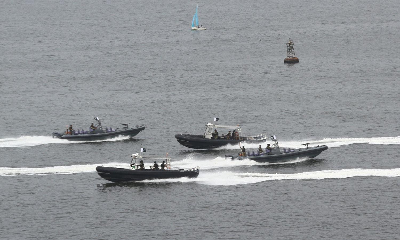 یوم بحریہ کی تقریب میں پاکستان نیوی کی مختلف کشتیاں  سمندر میں اپنی کارکردی کا مظاہرہ کرتے ہوئے — فوٹو: بشکریہ پاک بحریہ