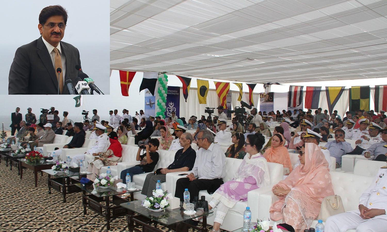 وزیراعلیٰ سندھ مراد علی شاہ پی این ایس قاسم میں یوم بحریہ کی تقریب سے خطاب کررہے ہیں — فوٹو: بشکریہ پاک بحریہ