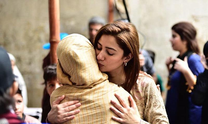 اداکارہ نوجوان مہاجر لڑکیوں سے تصویریں بناتی نظر آئیں—فوٹو: ماہرہ خان فیس بک