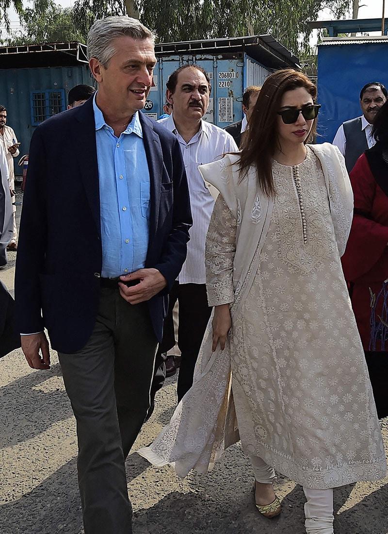اداکارہ نے یو این سی ایچ آر سربراہ کے ساتھ نوشہرہ میں قائم کیمپ کا دورہ بھی کیا—فوٹو: اے ایف پی