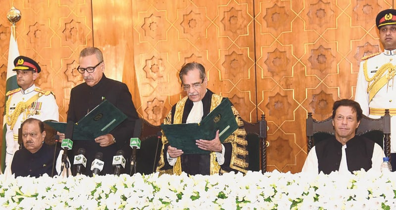 ISLAMABAD: Dr Arif Alvi being administered the oath as president of Pakistan by Chief Justice Mian Saqib Nisar at the Aiwan-i-Sadr on Sunday. Prime Minister Imran Khan and former president Mamnoon Hussain are also seen.—White Star