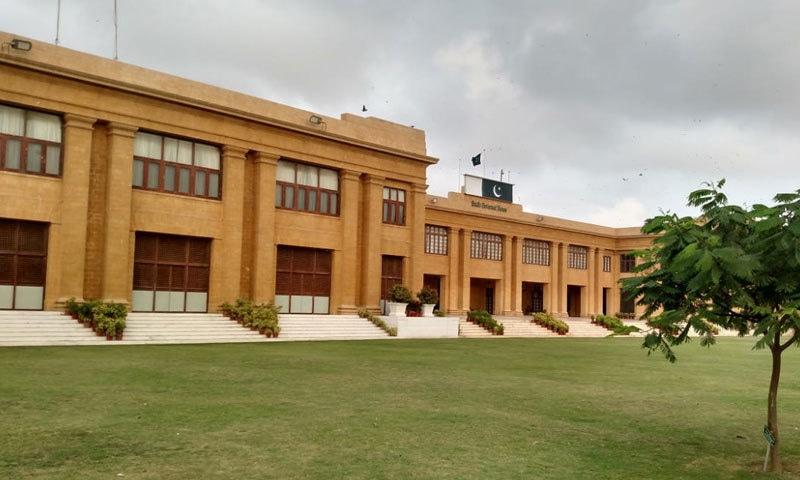 دور سے عمارت سندھ ہائی کورٹ کی طرح دکھائی دیتی ہے