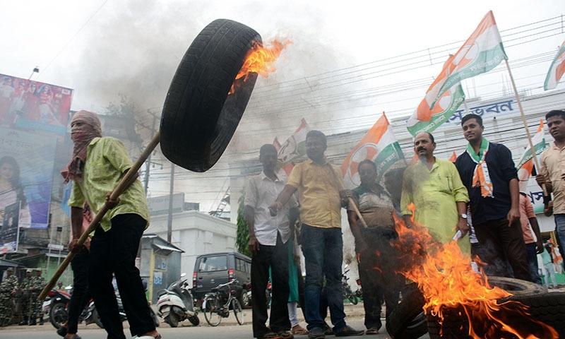 احتجاج کے دوران ٹائر نذر آتش اور توڑ پھوڑ بھی کی گئی — فوٹو: اے ایف پی