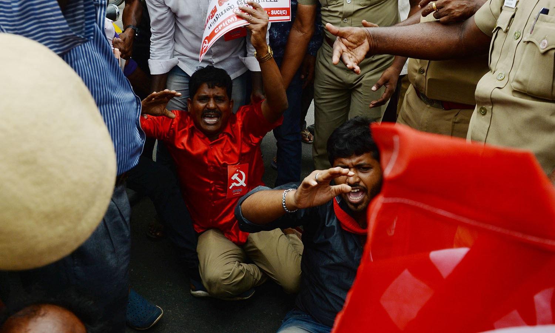 راہول گاندھی کے ساتھ ساتھ بڑے اپوزیشن رہنما شرد پوار، ایم کے اسٹیلن اور بائیں بازوں کے رہنما بھی بھارت بند تحریک میں شریک ہیں — فوٹو: اے پی