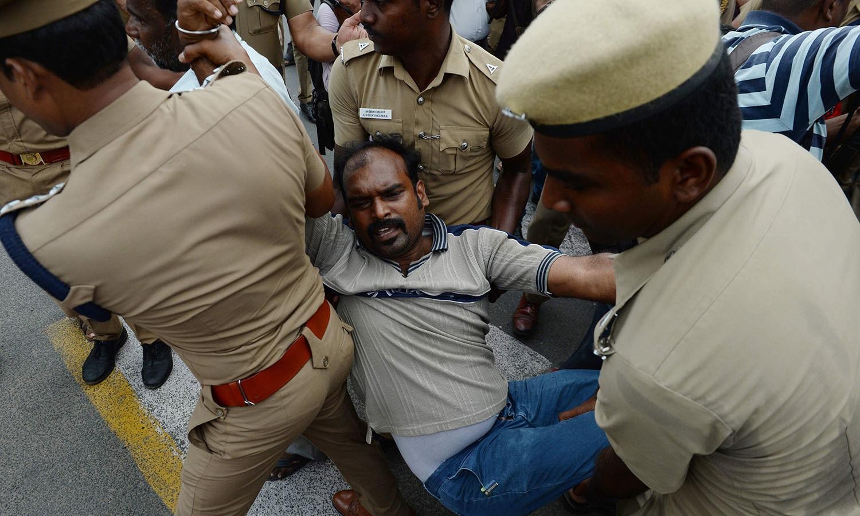ملک کے مختلف حصوں میں شہریوں نے حکومتی اقدام کے خلاف احتجاج کیا — فوٹو: اے پی
