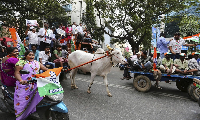 احتجاج میں جلاؤ گھیراؤ کے باعث نظام زندگی بری طرح متاثر ہے — فوٹو: اے ایف پی