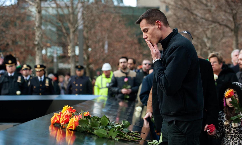17 برس گزرجانے کے باجود ہر سال گراؤنڈ زیرو پر 11 ستمبر کو مرنے والے افراد کے ناموں کو پکارا جانا، ان کی یاد میں چند منٹ کی خاموشی اختیار کرنا ایک روایت بن چکی ہے — فوٹو: اے پی
