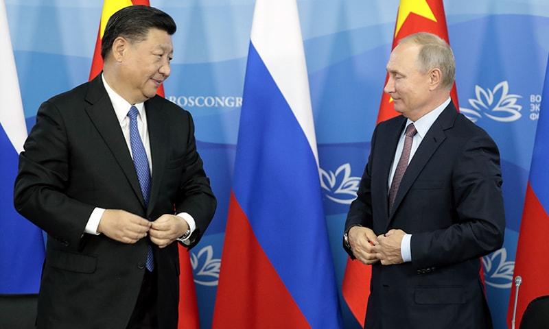 روسی صدر  پیوٹن اور ان کے  چینی  ہم منصب  نے اقتصادی فورم میں شرکت کی— فوٹو : اے ایف پی