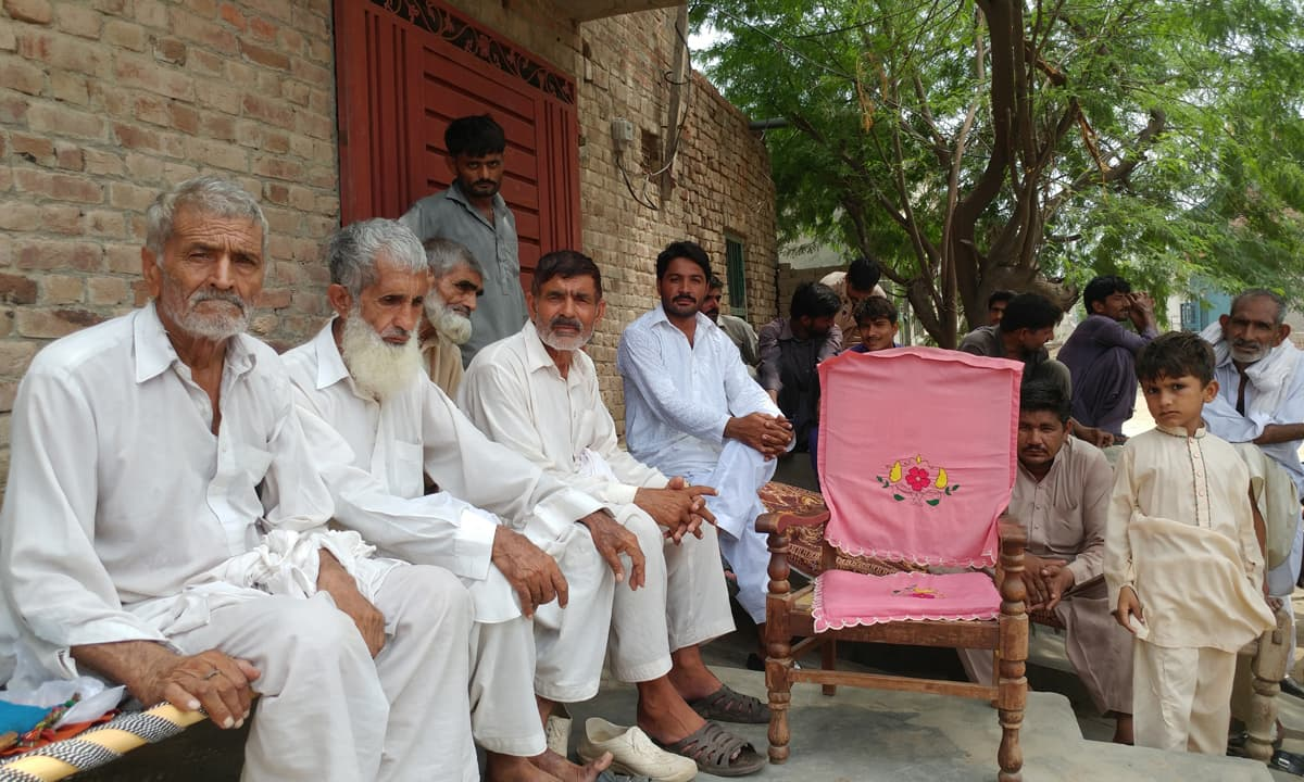 Villagers in Chak 76-5R in Sahiwal