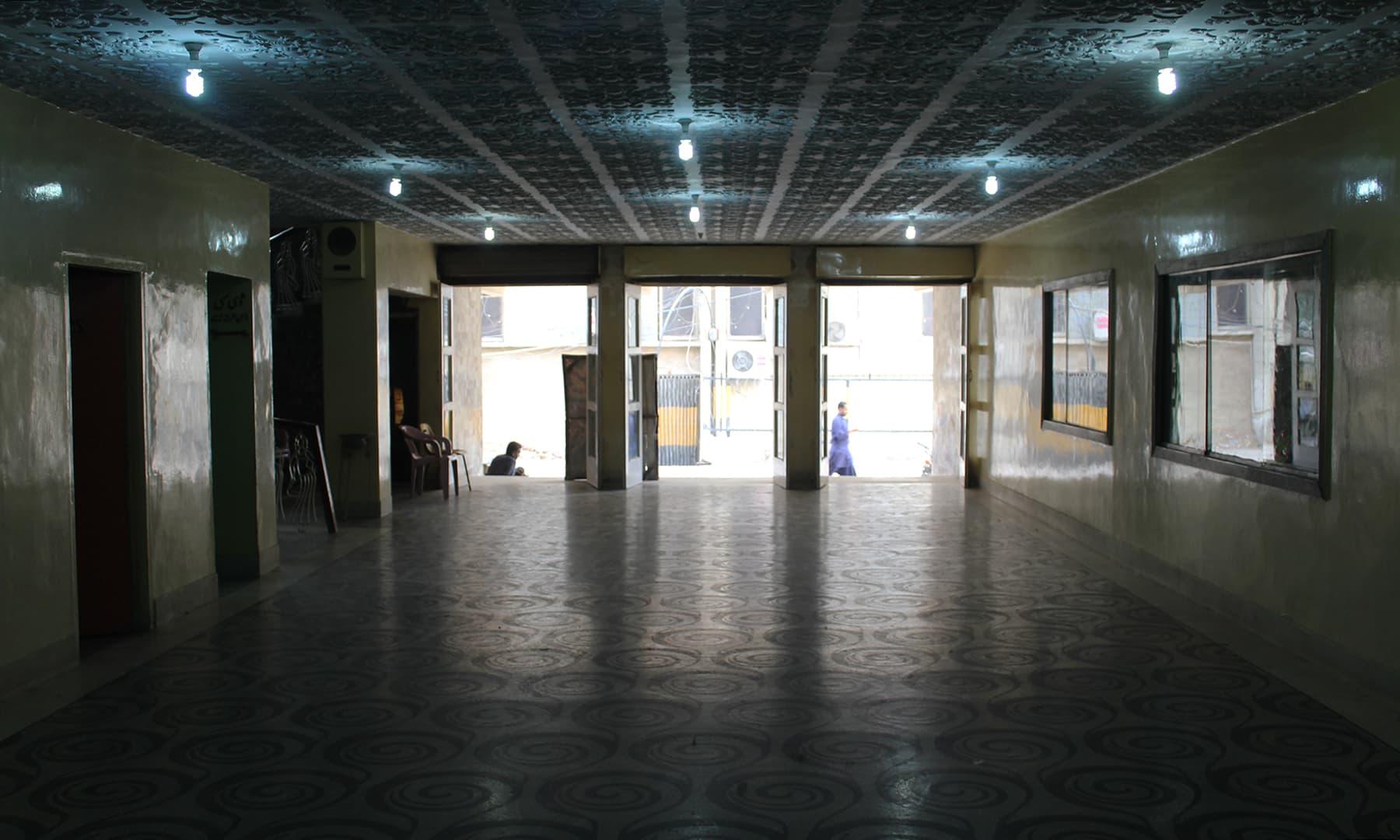 کسی زمانے میں یہاں اتنا رش ہوا کرتا تھا کہ ہم سنیما کے دروازے تک بند کرکے بیٹھا کرتے تھے—تصویر اختر حفیظ